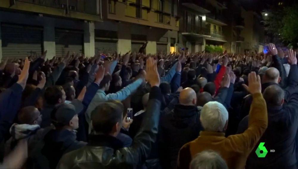 Cientos de personas hacen el saludo fascista en una multitudinaria concentración en Milán