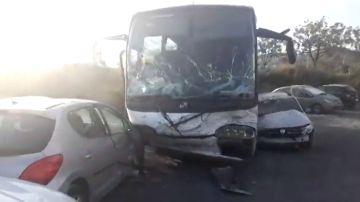 Heridos 13 menores al caer un autobús escolar por un terraplén y empotrarse contra varios coches en Barcelona