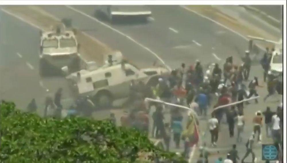 Tanques de las tropas de Maduro atropellan a manifestantes opositores en Venezuela
