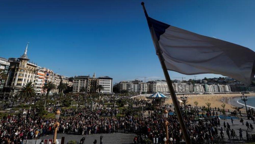 San Sebastián llora al menor fallecido entre mensajes para ahuyentar el odio