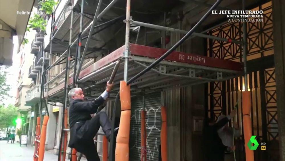 Trepando por un andamio y a gritos: así intenta Josep Bou apagar un incendio junto a la sede del PP