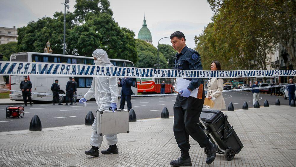 Miembros de la Policía Federal Argentina trabajan cerca del Congreso de la Nación
