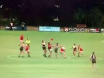 Duras imágenes: le parten el cuello en un partido de fútbol australiano