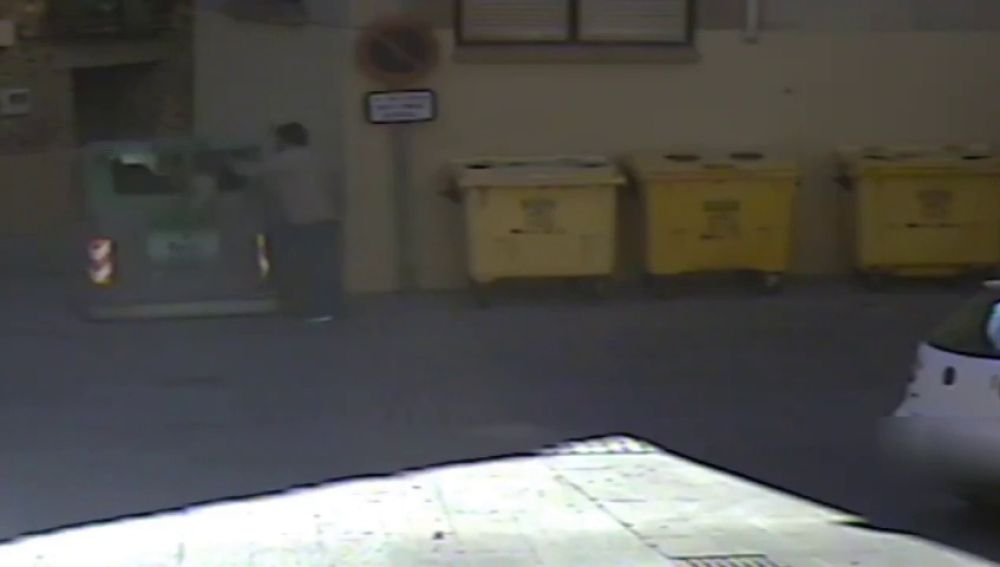 Un hombre mata a golpes a su perro y tira su cadáver a un contenedor
