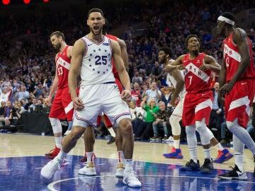 Ben Simmons celebra una canasta ante los jugadores de Toronto Raptors