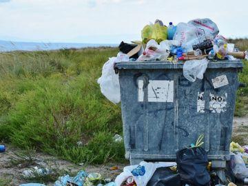 Bolsas de plástico en contenedor de basura