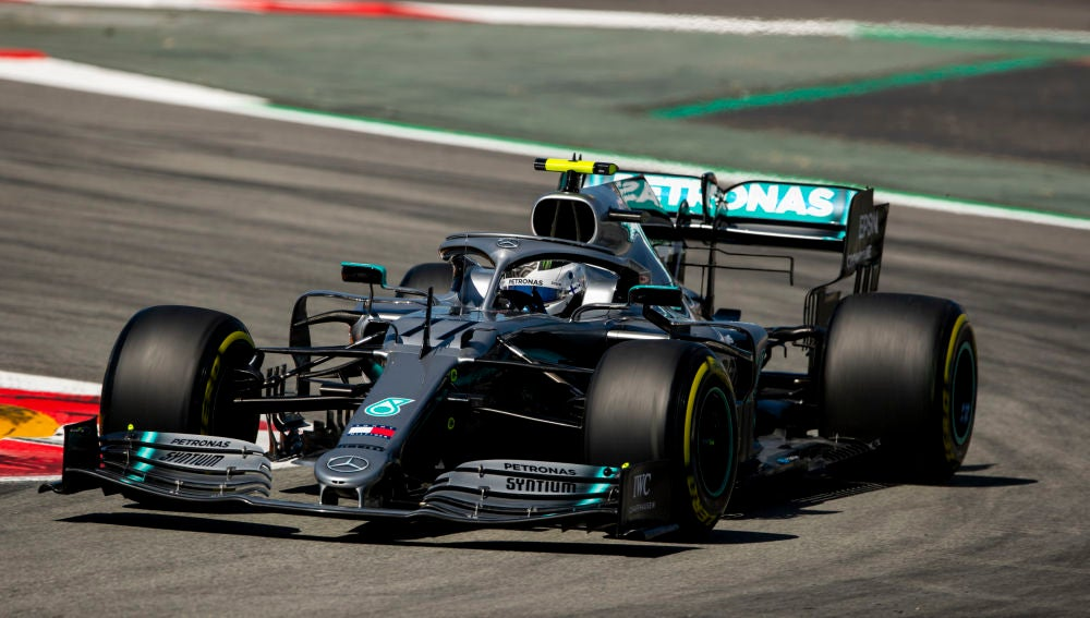 Bottas traza una curva con el Mercedes en Montmeló