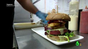 Así es la hamburguesa 100% vegetal que imita sabor y el aroma de la carne (con bacon incluido)