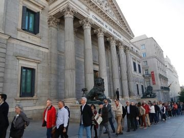 Numeroso público aguarda para entrar en la capilla ardiente del exvicepresidente del Gobierno Alfredo Pérez Rubalcaba
