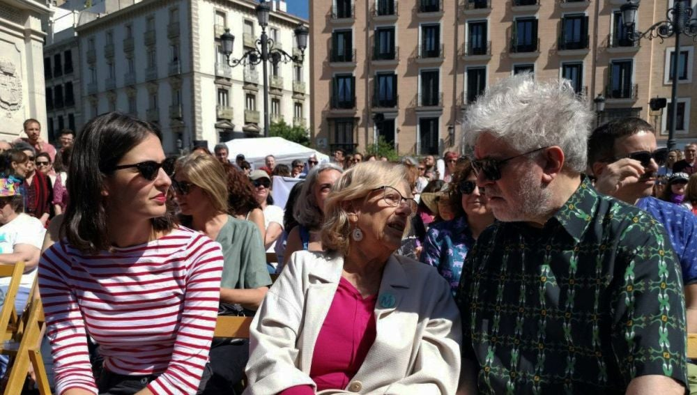 Rita Maestre, Manuela Carmena y Pedro Almodóvar