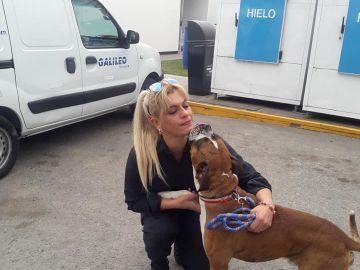 Patricia Muñoz con el perro rescatado