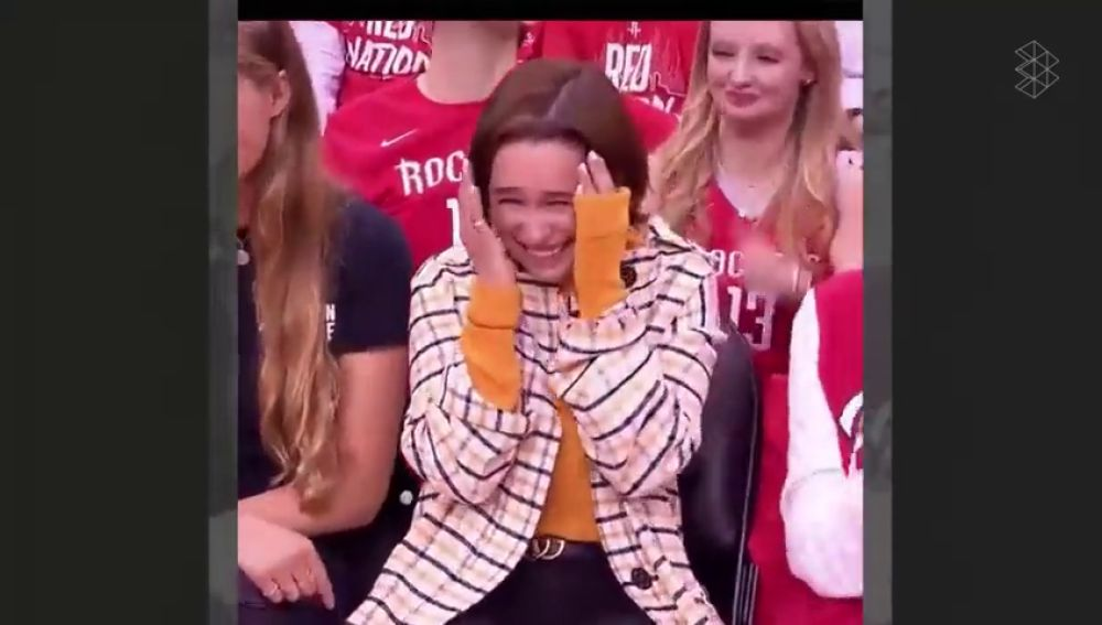 Emilia Clarke, Daenerys en Juego de Tronos, hace un alto en su estancia en Poniente para ver el Rockets vs Warriors