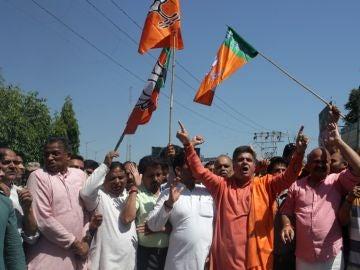 Activistas del Bharatiya Janata Party (BJP) gritan consignas por el asesinato del vicepresidente del distrito, Gul Mohammad Mir