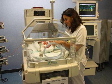 Imagen de archivo de una enfermera cuidando a un bebé