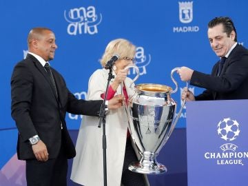 Roberto Carlos y Futre dan el trofeo de la Champions League a Manuela Carmena