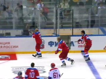 Putin sufre una aparatosa caída tras exhibirse en un partido de hockey hielo