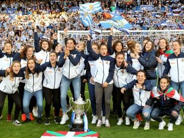 Las jugadoras de la Real ofrecen la Copa de la Reina a Anoeta
