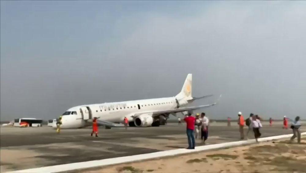 Avión aterriza si ruedas en aeropuerto de Birmania