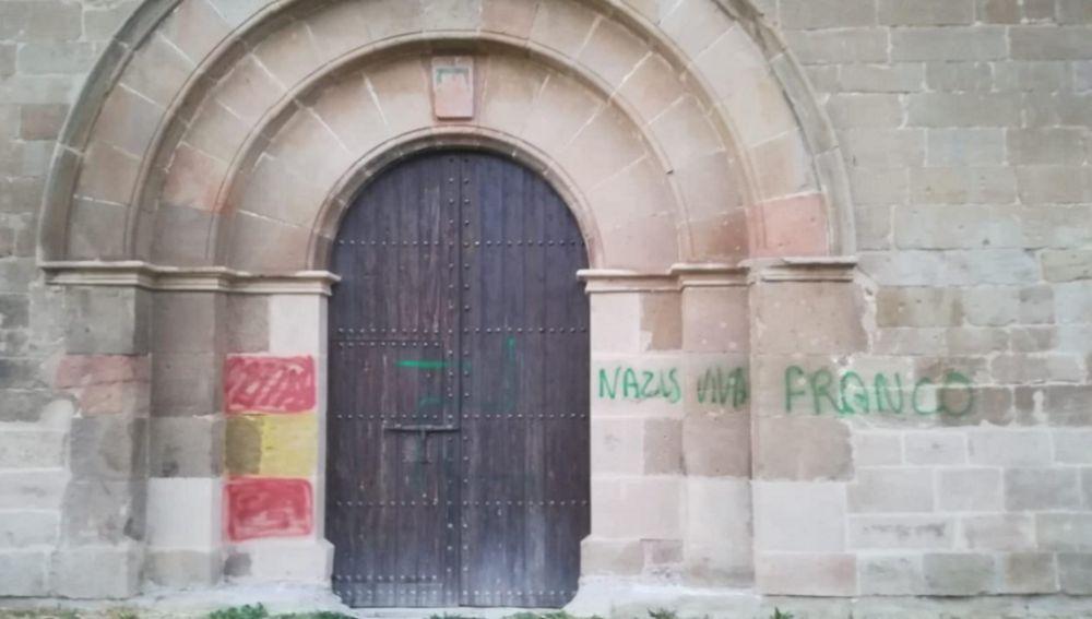 Imagen de la fachada del Monasterio leridense les Franqueses con pintadas fascistas
