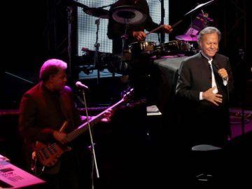 Julio Iglesias recibe un Grammy honorífico por su trayectoria profesional