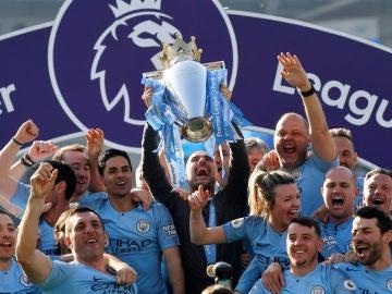 Guardiola alza al cielo el título de la Premier