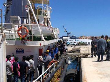 70 migrantes llegan a Lampedusa tras ser rescatados por la Guardia Costeira italiana