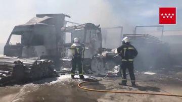 Imagen de vehículos calcinados tras un incendio en un polígono en Loeches, Madrid