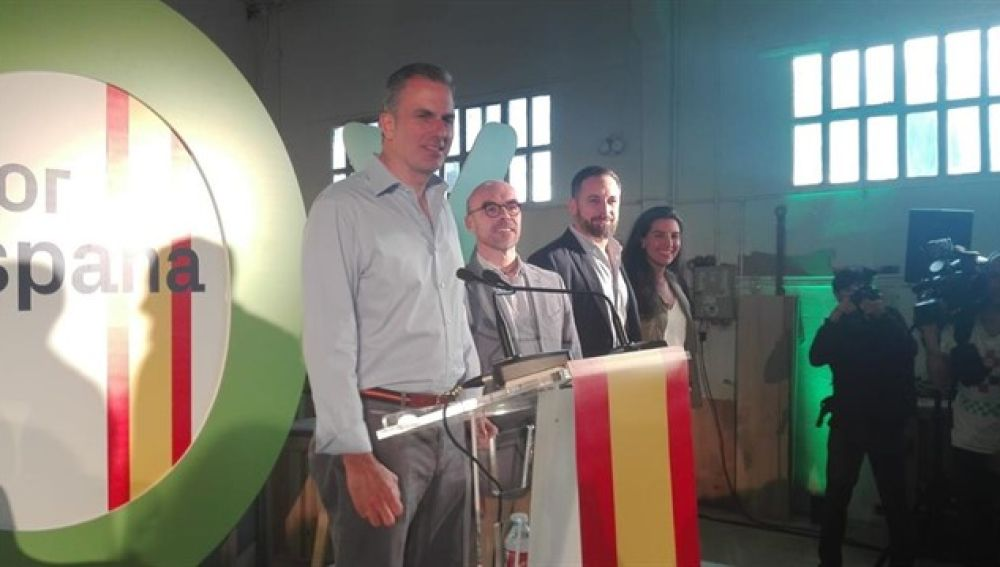 Javier Ortega Smith, candidato a la alcaldía de Madrid por Vox, en un acto de campaña junto con varios dirigentes de la formación.
