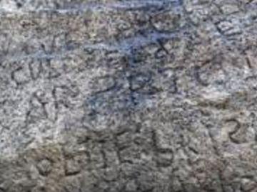 El poblado ofrece 2.000 euros a quien descifre el misterioso mensaje inscrito en esta piedra.