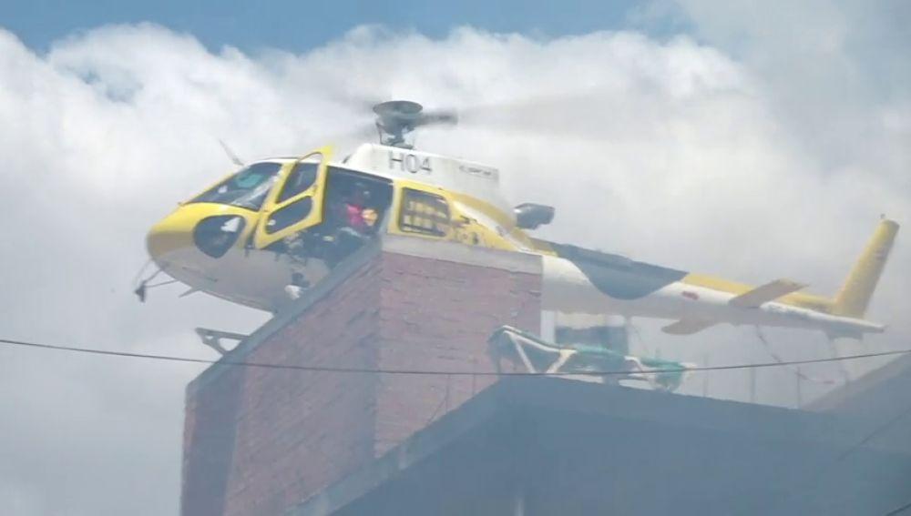 Rescatan con un helicóptero a una familia atrapada en un edificio en llamas por el incendio de Ibiza