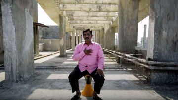 Dadara Bilhore: el padre que tras perder a su hijo por un accidente de moto sale cada día a tapar los baches de las carreteras