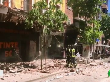 Tres viandantes heridos al desprenderse una cornisa de 10 metros de un edificio en Madrid