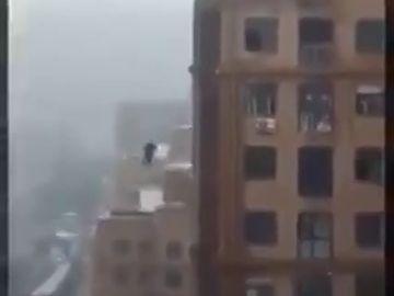 Fallece un hombre al caer desde un edificio mientras intentaba hacerse un selfie