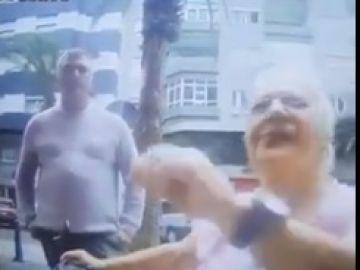Graban a un hombre robando a una mujer en silla de ruedas en un cajero automático