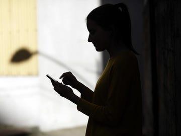 Imagen de archivo de una joven mirando su móvil.