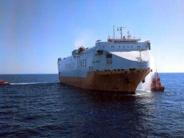 Fotografía facilitada por Salvamento Marítimo del barco mercante con 25 tripulantes