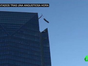 Impresionante rescate de dos trabajadores atrapados en un andamio fuera de control a 260 metros de altura