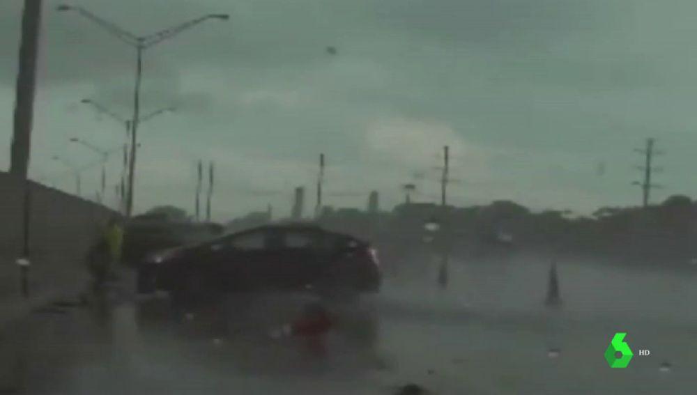 El vídeo en el que un policía esquiva, por poco, un violento atropello en una autopista de Florida