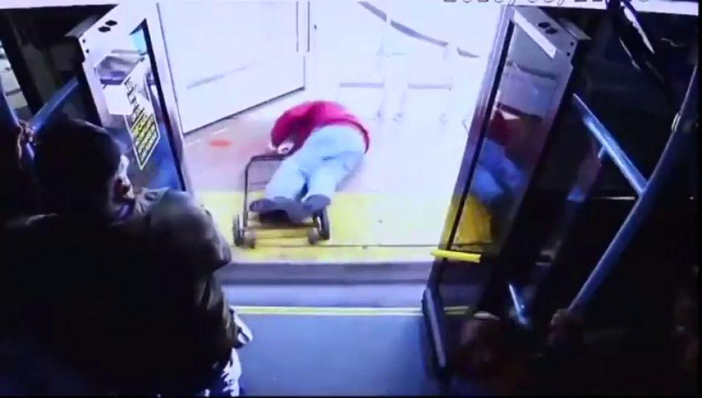 El anciano, en el suelo tras la agresión