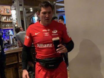 Alex Goode, vestido de corto y con una cerveza en la mano