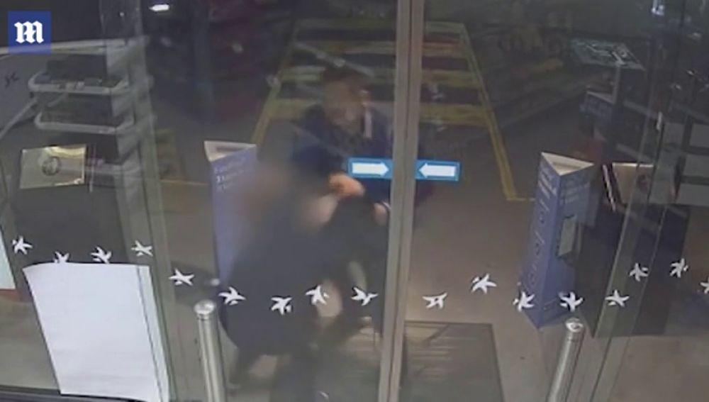 Las cámaras de seguridad graban la brutal agresión de un hombre a su novia embarazada