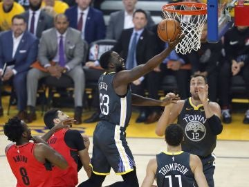 Draymond Green anota ante la defensa de los Blazers