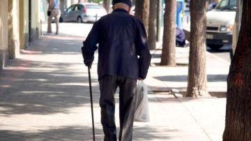 Anciano andando por la calle