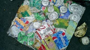 Balas de latas de una planta de reciclaje.