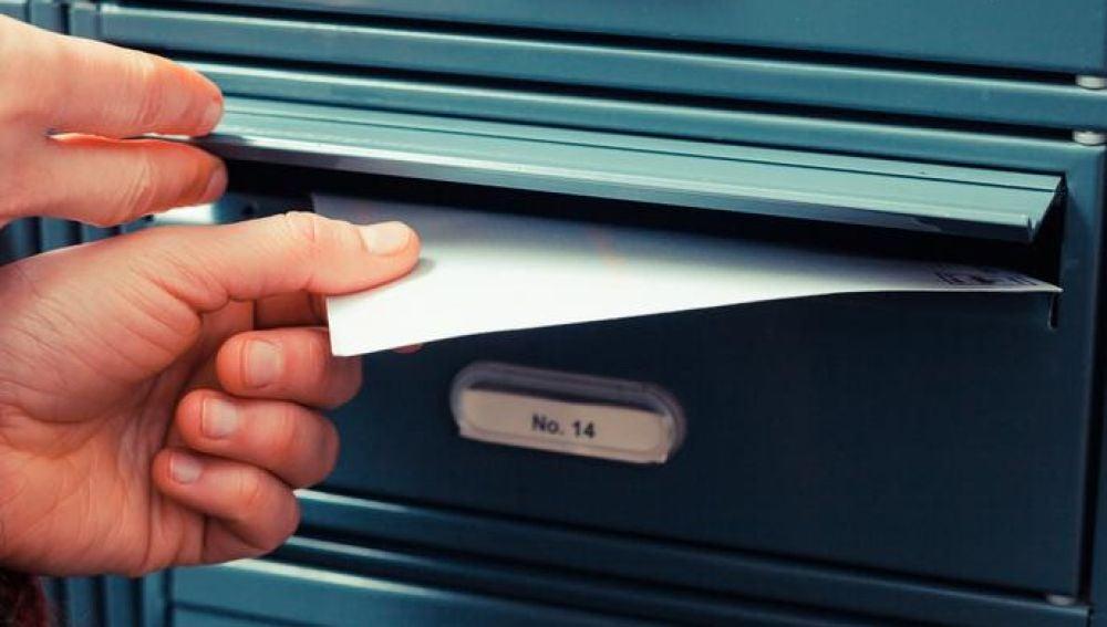 Carta en un buzón (Archivo)