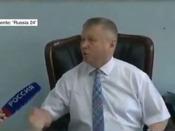 Violenta reacción de un funcionario ruso tras ser preguntado por un periodista