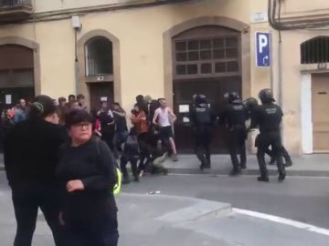 Tensión entre policías antidisturbios y okupas en un desalojo en Sants, Barcelona
