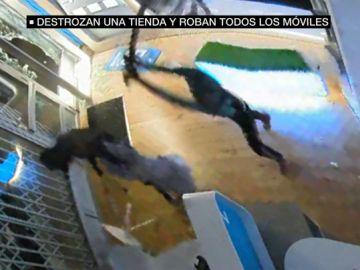 Varios ladrones entran a hachazos en una tienda de telefonía móvil de Elda, Alicante