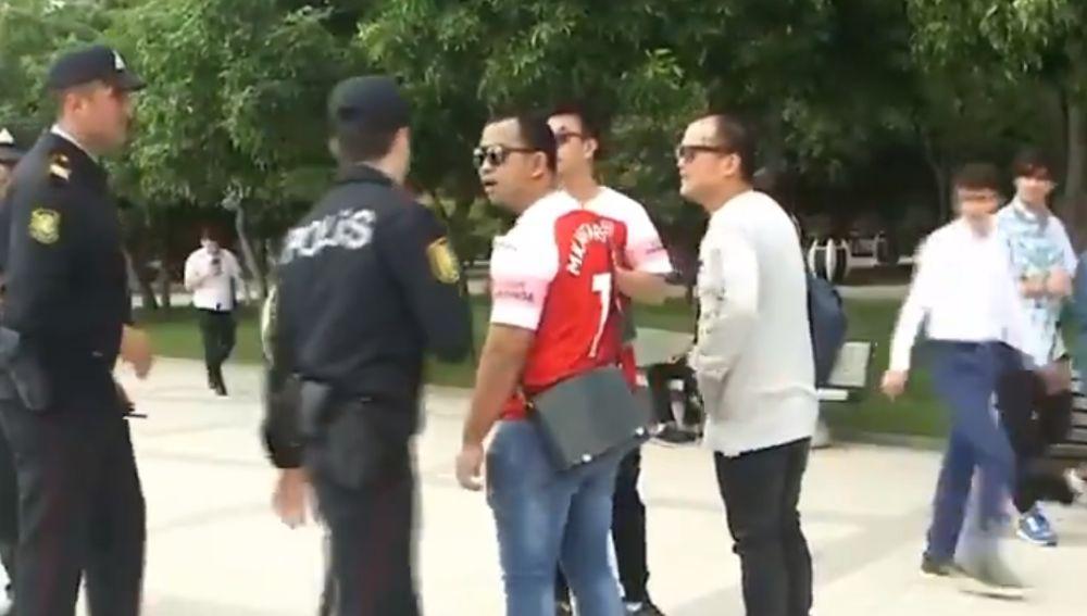 La Policía de Bakú identifica a los aficionados del Arsenal con la camiseta de Mkhitaryan