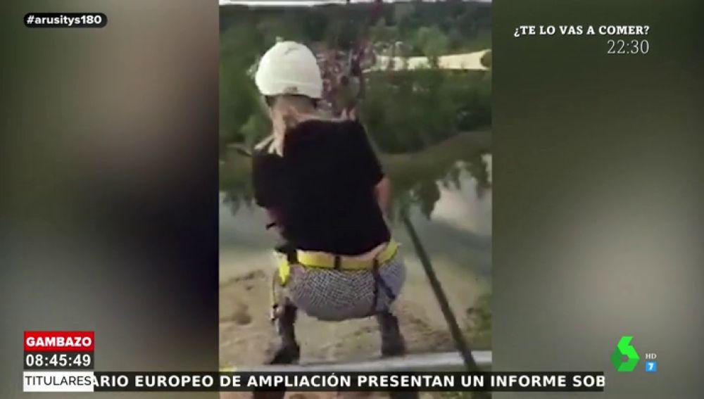 Una joven se lanza por una tirolina y cae al vacío tras romperse la cuerda que la sujetaba
